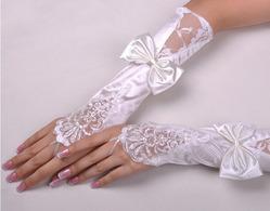 Свадебные атласные перчатки с кружевом Нежность